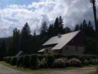 Pohled ze silnice - chata k pronajmutí Zdobnice
