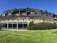 Hotelová budova s našim ubytováním - apartmán k pronajmutí Říčky v Orlických horách