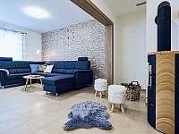 obývací pokoj s krbovými kamny - chata k pronájmu Červená Voda - Buková Hora