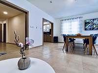 prostorný obývací pokoj s kuchyní - pronájem chaty Červená Voda - Buková Hora