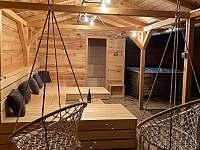 Pohled od koupacího sudu na saunu a vířivku - chalupa ubytování Dolní Dobrouč