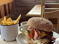 Vyhlášené domácí burgery ve Ski baru - pronájem chaty České Petrovice