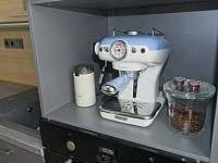Apartmán 1kk s pákovým kávovarem a připravenou kávou pro klienty. - k pronájmu Říčky v Orlických horách