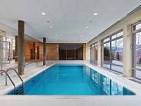 Z apartmánů je kousek do bazénu v hotelu Říčky. -