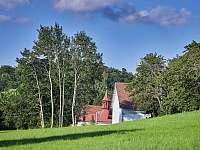 Kaplička obce Osečnice. Jediný objekt, který je v dáli vidět -