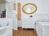 Nově zrekonstruovaný interiér ložnice - chalupa k pronajmutí Osečnice