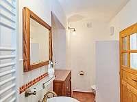 Prostorná koupelna s velkým zděným sprchovým koutem - Osečnice