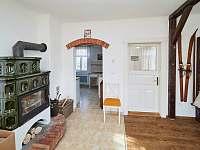 V obývacím pokoji jsou stylová výkonná krbová kamna - Osečnice