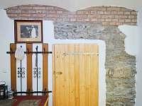 Vstup do komory s lednicí a úložnými regály - pronájem chalupy Osečnice