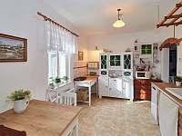 Zrenovovaná kuchyň s veškerým vybavením - chalupa k pronajmutí Osečnice