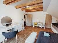 Apartmán v podkroví - Ložnice s manželskou postelí a rozkládací postelí - k pronájmu Říčky v Orlických horách