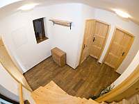 Chodba, kde se nachází WC, koupelna, schodiště do patra. - pronájem apartmánu Velká Morava