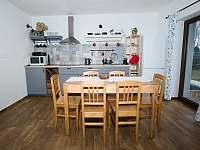 Kuchyň se stolem, židlemi pro 6 osob. Momentálně zatím bez myčky. - pronájem apartmánu Velká Morava