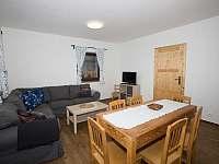 Prostorný pohodlný gauč v obývacím pokoji s kuchyňským koutem. - apartmán k pronájmu Velká Morava