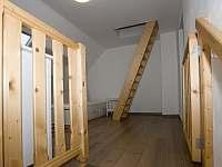 Vstup do 1. patra, branka sloužící pro neposední děti. - pronájem apartmánu Velká Morava