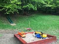 Dětské hřiště v tesném sepjetí s přírodou - chalupa k pronájmu Zdobnice