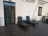 Terasa - relaxační lehátka - apartmán ubytování Červená Voda