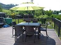 Terasa - stůl se slunečníkem