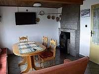 Jídelní kout s krbovými kamny - pronájem chaty Čenkovice