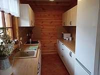 Kuchyňský kout lednice - chalupa k pronájmu Orlické Záhoří