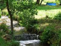 Protékající potok po celé délce areálu - chata k pronájmu Olešnice v Orlických horách