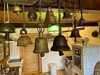 kuchyně sbírka zvonů - chalupa k pronájmu Říčky v Orlických horách