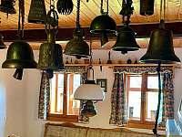 kuchyně se sbírkou zvonů z celého světa - Říčky v Orlických horách