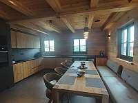Společenská místnost s kuchyní - roubenka k pronájmu Rokytnice v Orlických horách - Panské Pole