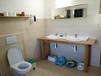 dolní koupelna s doplňky pro děti - chalupa k pronájmu Osečnice -  Proloh