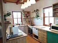 Kuchyňský kout s výčepem - chalupa k pronájmu Osečnice -  Proloh