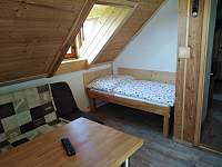 Lůžko 160 x 90 cm a rozkládací pohovka v horní ložnici - Osečnice -  Proloh