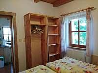 skříně 1. ložnice v přízemí - pronájem chalupy Osečnice -  Proloh