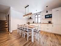 Kuchyň s jídelním stolem - chalupa ubytování Říčky v Orlických horách