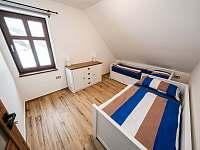 Ložnice v patře se dvěma samostatnými lůžky (možnost rozložení jedné z postelí) - chalupa k pronájmu Říčky v Orlických horách