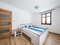 Ložnice v přízemí - chalupa k pronájmu Říčky v Orlických horách