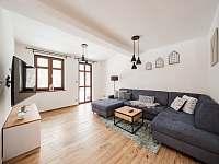 Obývací část s TV a rozkládacím gaučem - chalupa k pronajmutí Říčky v Orlických horách