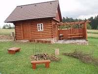 Kolárna, lyžárna, úschovna kočárků, sklad dřeva, venkovní posezení pod pergolou