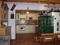 Plně vybavená kuchyň s varnou deskou, troubou, myčkou, lednicí - Sněžné v Orlických horách