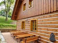 posezení za chalupou - ubytování Olešnice v Orlických horách