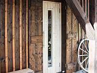 Chalupa Švýcarka - venkovní vstup do sauny v zadní části domu