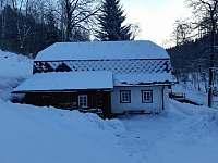 Zasněžená chalupa Švýcarka - vjezd na pozemek - ubytování Olešnice v Orlických horách