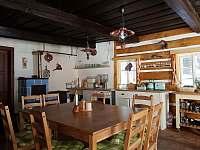 společenská místnost s kuchyňským koutem - chalupa k pronájmu Olešnice v Orlických horách