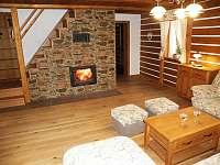 společenská místnost- krb - chalupa ubytování Pěčín u Rychnova nad Kněžnou