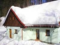 chata v zimě s rampouchy