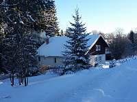 Chalupa v dolíčku v zimě