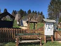 dětské hřiště v obci - chalupa k pronájmu Bartošovice v Orlických horách