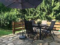 posezení na terase - chalupa k pronajmutí Bartošovice v Orlických horách