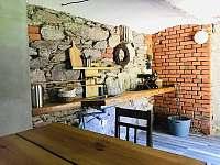 posezení ve sklepě - chalupa k pronájmu Bartošovice v Orlických horách