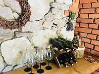 posezení ve sklepě - pronájem chalupy Bartošovice v Orlických horách