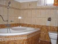 koupelna v přízemí s vanou